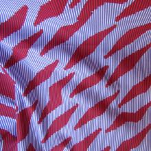 tessuto di cotone stile wax blu viola e rosso carminio