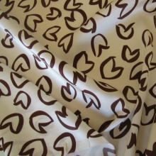 tessuto di seta avoria con cuori stilizzati marroni