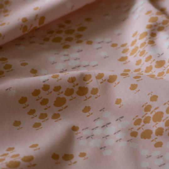 Tessuto di cotone rosa chiaro Buttercup Blossoms